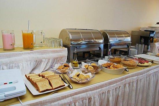 Desayuno continental buffet.